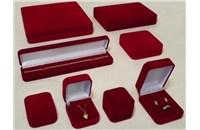 Semišová krabička s vysekávanou semišovou vložkou a otevíracím víčkem pomoci pantu
