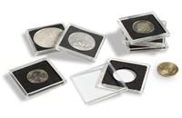 Průhledná čtvercová kapsle, ve které je umístěná vložka s otvorem na minci